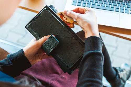 O que é melhor pagar, o mínimo do cartão ou parcelar?